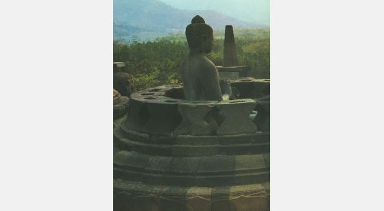 Borobudur Terraza redonda con su stûpa calado. Imagen deVairochana, el Buda supremo.