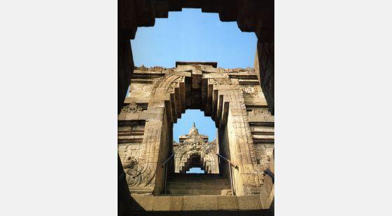 """Borobudur Borobudur. Escalera principal (entrada este), con las """"puertas"""" de la tercera y la cuarta galerías."""