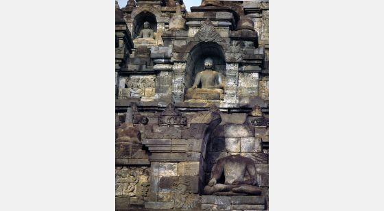 Borobudur Borobudur. Parte de la fachada oriental que muestra las hornacinas que albergan las estatuas del Jina Akshobhya